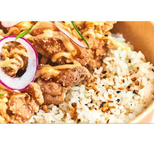 KARAAGE - Japanese rice, fried chicken (gluten free), soy sauce and mayonnaise sauce, red oignons, coriander