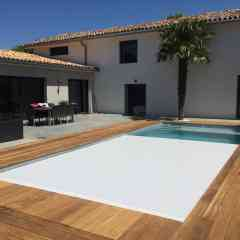 Immerged pool Shutter - A discreet pool cover The immersed pool cover is a pool cover that provides safety, ease of installation and aesthetics. The slats cover the pool flush with the water to avoid the appearance of harmful air pockets because they are not very hygienic. Perfectly integrated into the contours of the pool, the immersed pool cover enhances your equipment while ensuring optimal use of space. It can be installed both on an already built pool and on a pool under construction. In addition, the submerged pool cover can also be made to measure. Our consultants are present at each step of the installation of the pool cover to ensure a quick installation. It is the ideal solution for all those who wish to secure their pool while maintaining the aesthetics of their relaxation area in complete discretion. The installation of the pool cover has been designed to preserve the ergonomic use of your pool as well as its general appearance. The pool cover represents the sober and chic touch that enhances your pool even when it is not usable, such as in winter or when it rains. As an option, we offer you the polycarbonate slatted apron.