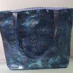 Reiko's bag Skull Blue - Blue imitation leather tote bag inlaid with a skull can be worn with jeans as well as a dress. Each bag is unique because of the lining that will never be the same. I make them all by hand from A to Z.