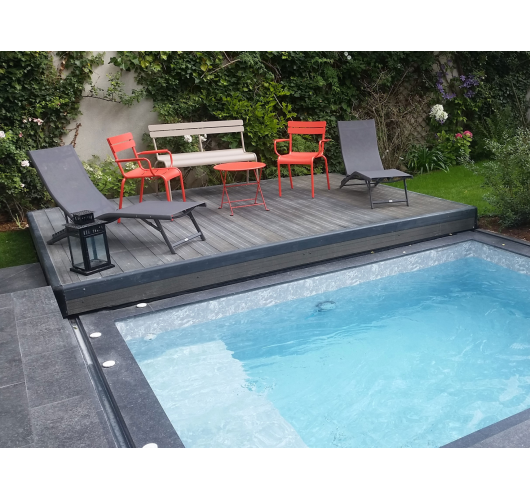 Mobile pool deck - This terrace can be transformed into a terrace or a beach. Ideal for small spaces, it allows to optimize the space in small gardens: so when the shelter is positioned above the pool, it turns into a terrace where tables and chairs can be placed. The body of the Pooldeck is made of composite and its structure of aluminium. When the Pooldeck is open, it transforms into a beach where deckchairs can be placed. Complying with the NF P90-308 standard, the Pooldeck mobile terrace is easy to handle.  Available in one or two trays that can be unfolded at the end of the pool, the pooldeck can be transformed into a swimming pool shelter, a terrace and a beach at the same time.  For more comfort, it can also be motorised.