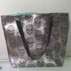 Reiko's bag skull Silver - Silver imitation leather bag inlaid with a skull can be worn with jeans as well as a dress. Each bag is unique because of the lining that will never be the same. I make them all by hand from A to Z.