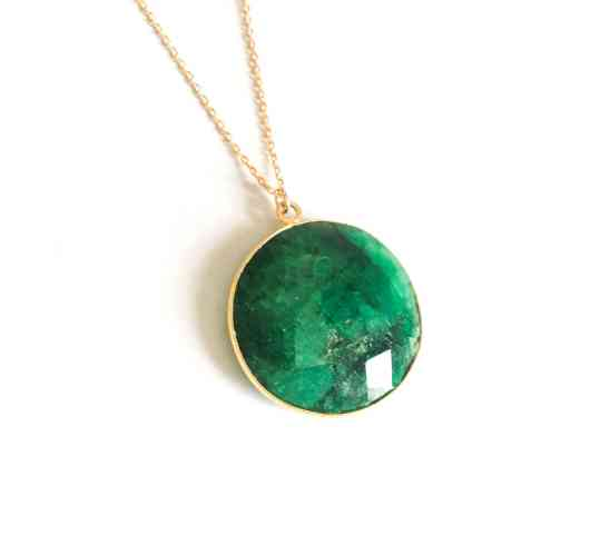 Long necklace medallion Emerald set - Magnificent Emerald medallion, fully facetted and set in a 1.5cm diameter round shape, mounted on a 3 micron gold-plated chain.  The emerald is connected to the heart chakra, it brings inner calm and soothes the passions. It contributes to more harmony in relationships and helps to open the heart.